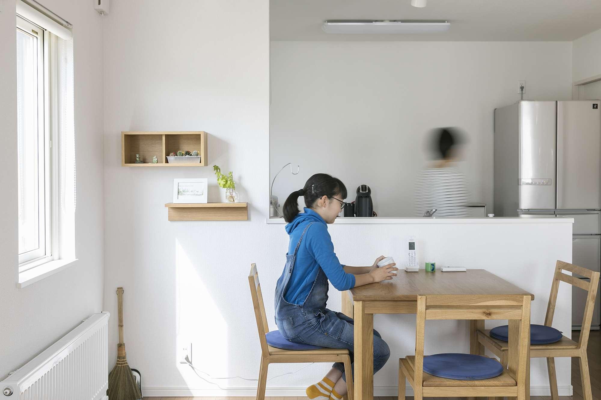 オープンなキッチンは、料理をしながら家族と会話できます - ダイニングと併設させて、洗い物をさげるのが便利なDK。コンクールなどで忙しい娘さんへ、食事をサッと出せて楽しい会話のひとときも。 -  -
