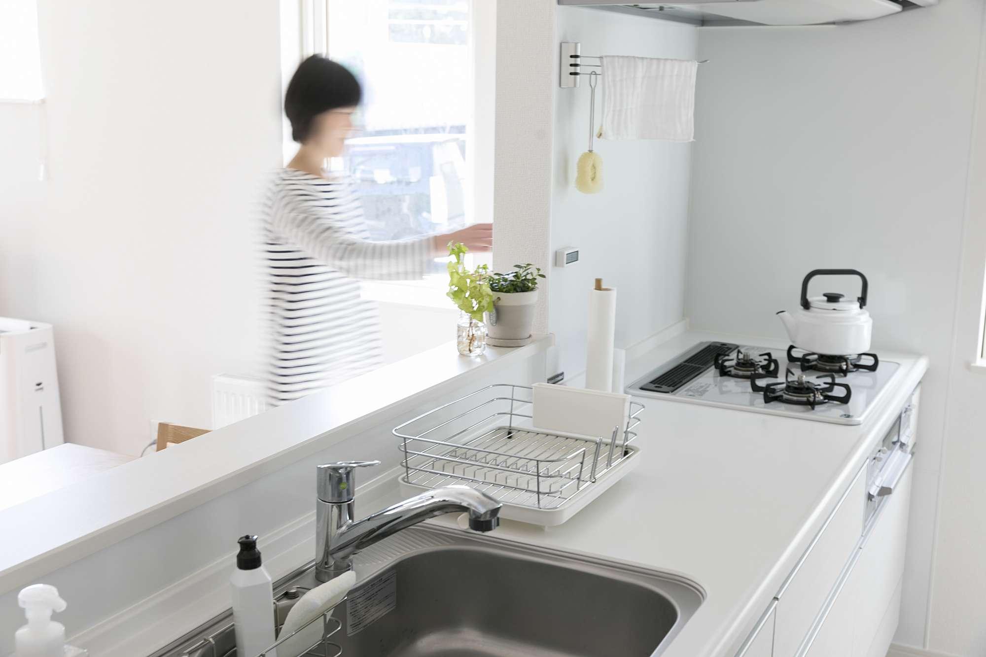 使いやすく機能的なキッチンは、奥さまもお気に入り - 機能的な水まわり設備と、冬も暖かい暮らし。以前の家より広く快適になった住まいですが「光熱費が半分以下になりました」!と奥さま。以前はガス+灯油で冬場は月45000円ほどだったそうなので、ランニングコストにも優しい家が完成です。Wさまの感想「家づくりの打ち合わせがはじまると、想像していた以上に丁寧でした。とくに契約前の説明がわかりやすかったことが安心。会社の一方的な話ではなく「建てる私たち目線」で、納得してから契約ができました。企画型のプランから、一部設計の変更をオーダー。その時も大井さん(設計)が親切に対応してくれて。リビングの柱をずらしたり、玄関からキッチンへと回遊式にしたり、トイレの向きを変えたりも、快く対応してくれました」。 -  -