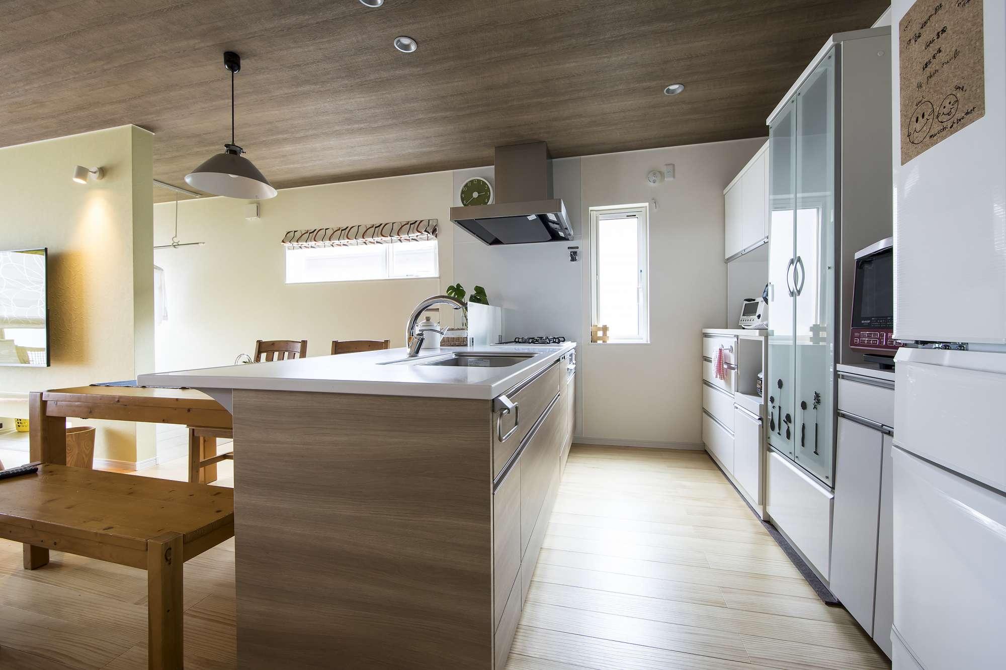 キッチンスペース - 美しいキッチンは「奥行きが広い天板が理想で、オプションで叶えてもらいました」。 -  -