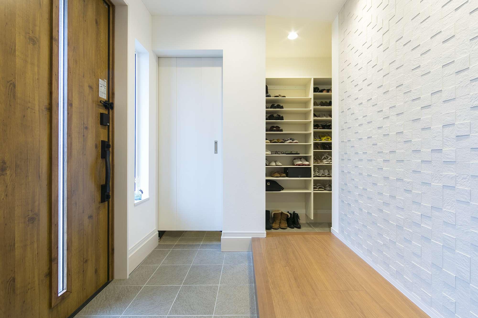 土間のシューズクロークがあるエントランス - 広い土間から家族用のドアを抜け、大切な靴を並べておけるシューズクロークへ。 -  -