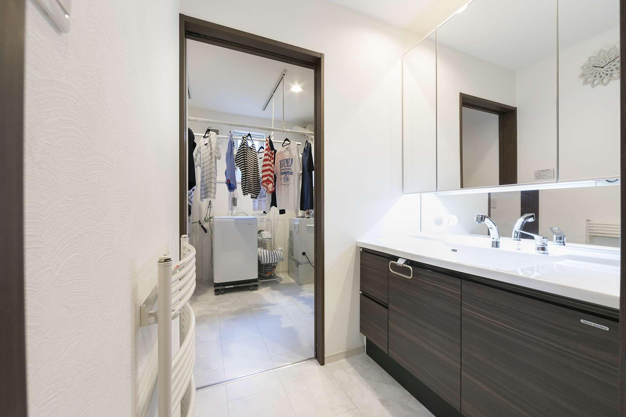 ワイドカウンターの洗面ルーム - 化粧台は並んで使っても広々のワイドカウンター。洗面ルームをUTと独立させたことで、双方を広々と使えます。 -  -