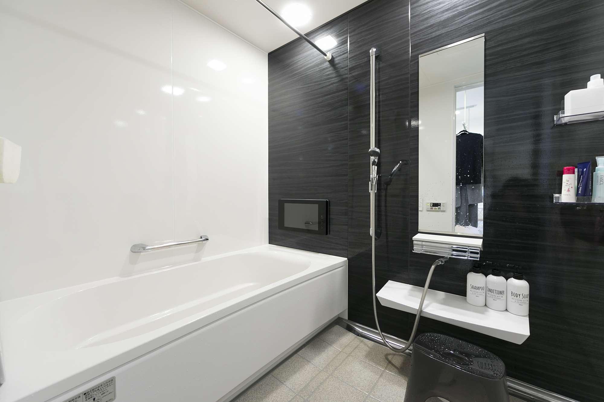 1.25坪のバスルーム - TVがあり、ゆったりとリラックスできるバスルーム。掃除がしやすく機能的なユニットバスを提案。 -  -