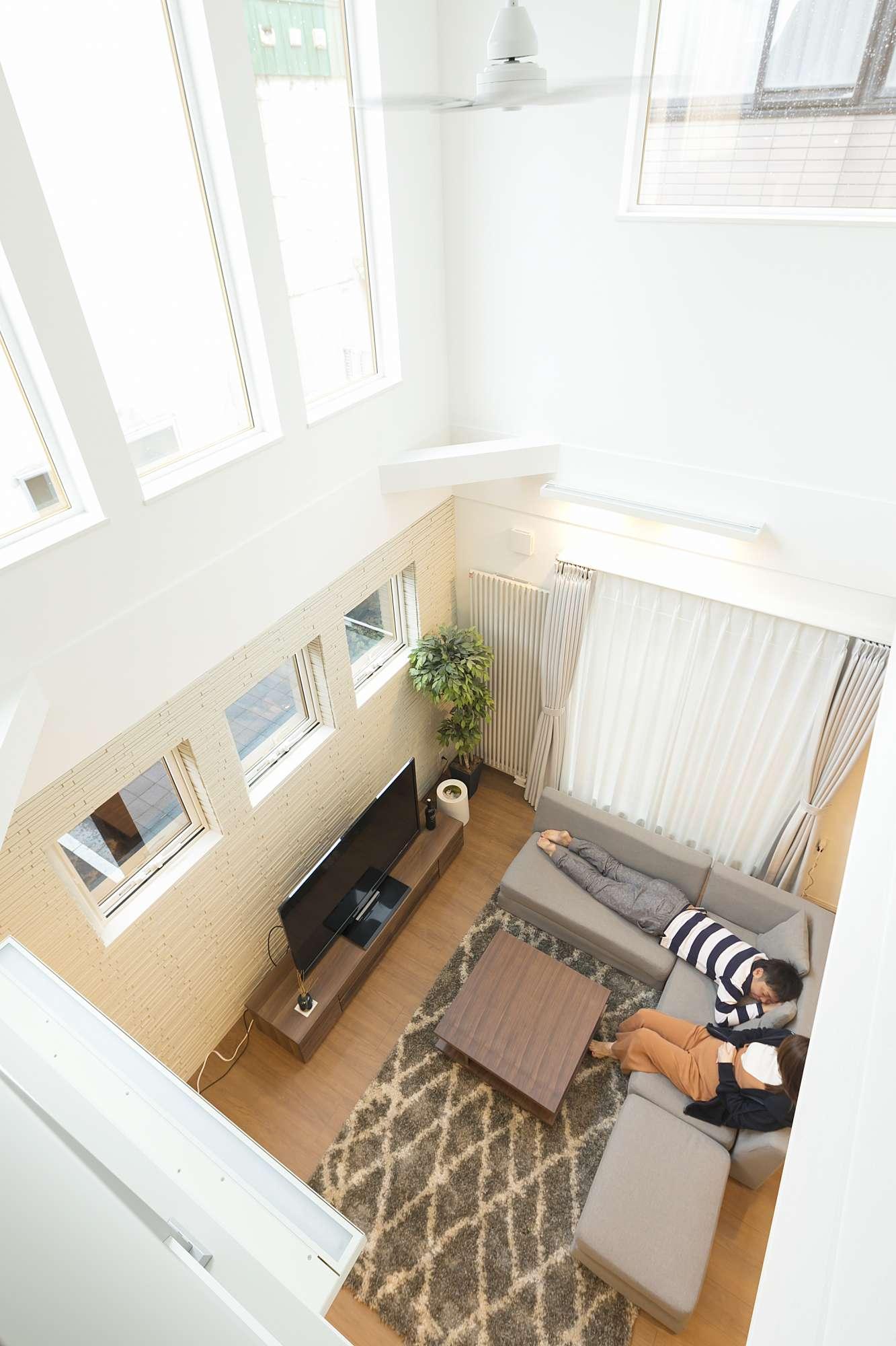 2階から1階を見る - 高い位置に連続する大きな窓が、外にいるような開放感をつくります。 -  -