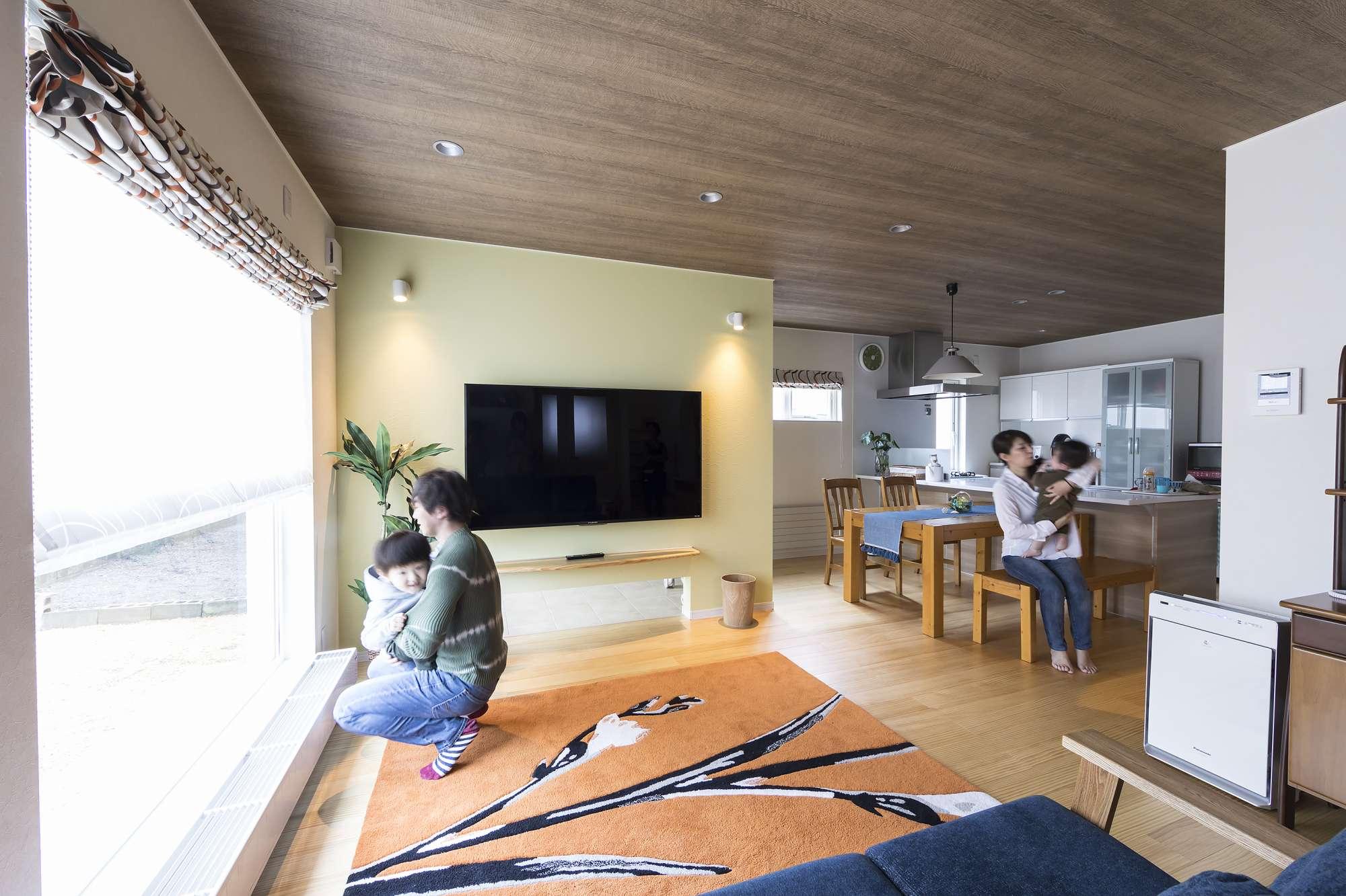 リビング - ムクのフローリングと木調の天井が、優しいナチュラルモダンを演出する室内。 -  -