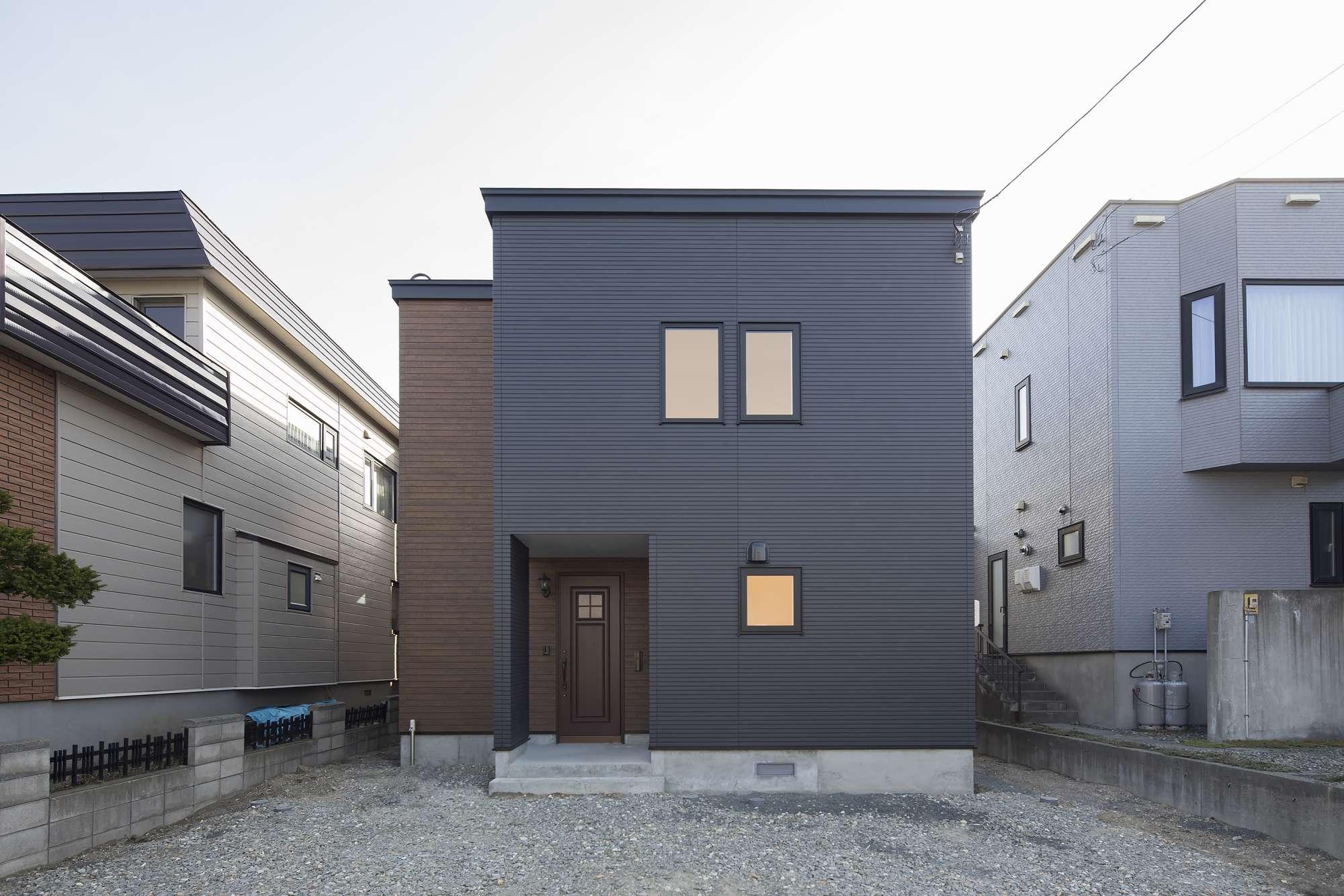 外観 - Yさまの感想建築中に何度も見にいったのですが「すみませんお仕事の邪魔ですよね?」と棟梁に声をかけると、「いえいえ子ども達をどんどん連れてきてください。笑い声やその家に住む人の気配を木も感じるんです。いい家になりますよ」と。素敵なハナシだなーと思いましたね。楽しかったのは間取図を自分たちで考えたこと。アイルホームさんにプロのアドバイスをもらいながら「この方が日当たりがもっとよくなりますよ」「ここは広いと後々便利ですよ」「デッドスペースはもったいなから収納に」など提案がたくさんありました。またモデルハウスで子どもが迷惑をかけた時に、担当の清野さんが全く気にしない様子で接してくれたこともアイルホームさんに決めた理由の1つです。任せられるいい営業さんに出会えました。アフターもよろしくお願いします。 -  -
