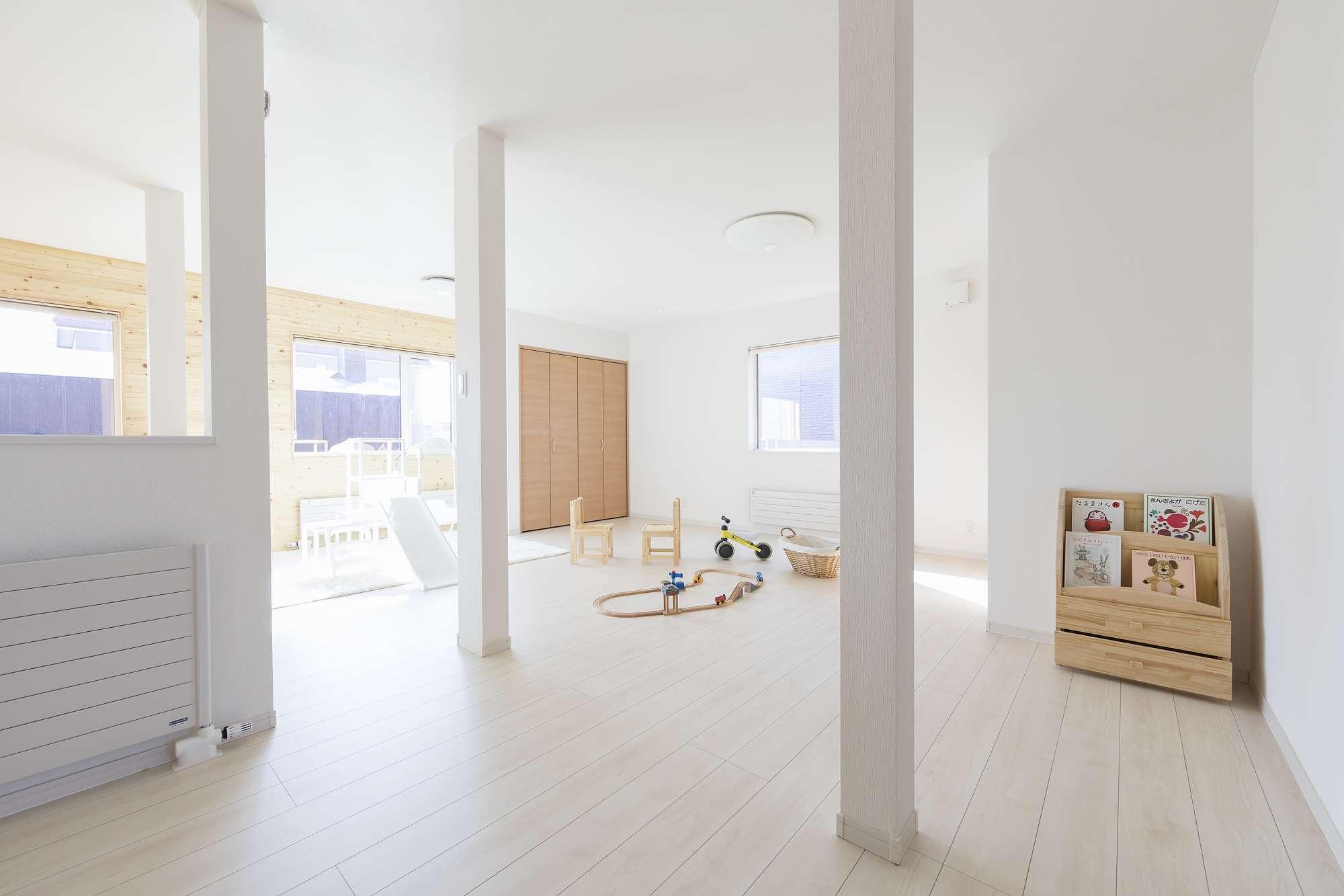 2階の子ども部屋 - 2人のお子さんが走り回れるほど広い部屋は、ドアも壁もないフルーオープン。 -  -