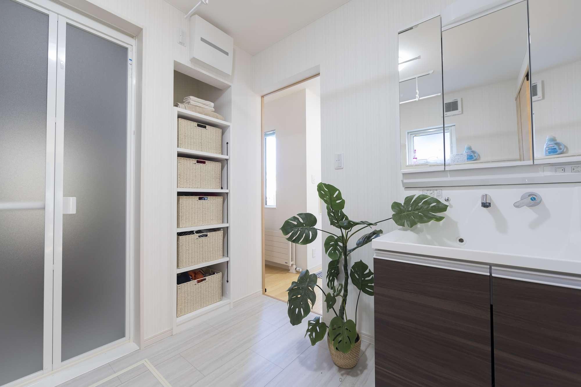 ユーテリティ - キッチンと回遊式に、玄関とつながるユーティリティ。壁面にリネン棚をプランして、お風呂上がりの着替えやタオルもサッと取り出せます。 -  -