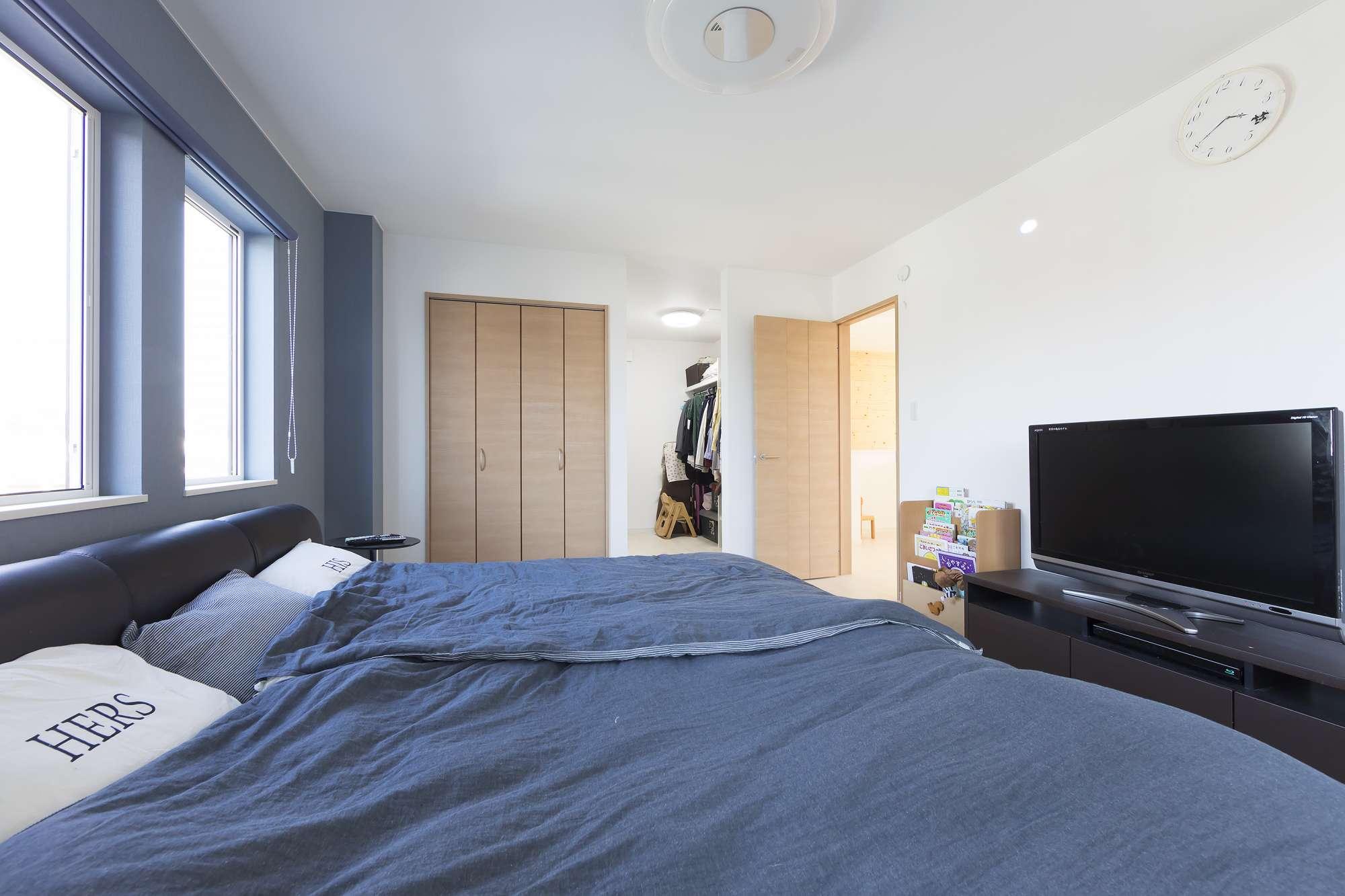 寝室 - 寝室のウォークインクロゼットには服や小物、旅行カバンも収納できて、目的のモノを取り出しやすいワードローブつき。ブルーのアクセントクロスで、落ち着いた印象に。 -  -