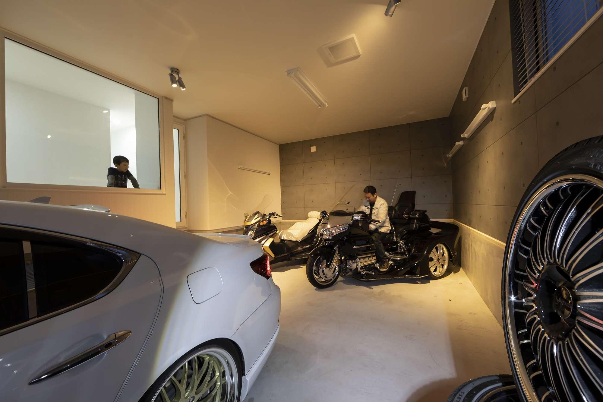 ガラス越しに室内とつながるガレージ - ガレージには大きなガラス窓と室内ドアを設計。スポットの演出など、Mさんこだわりの空間 -  -