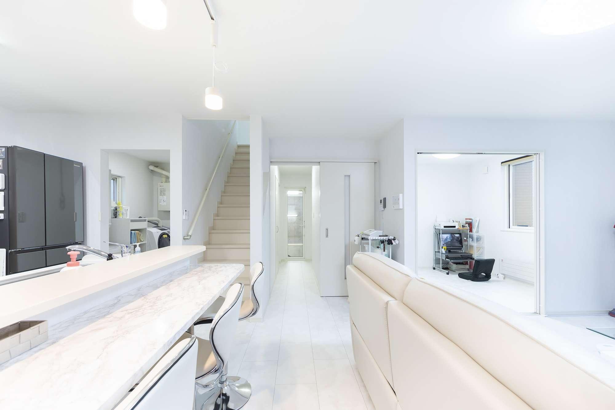 リビング - 室内は白で統一して、シンプルモダンのデザインに。ダイニングはキッチンと一体にしたカウンター式です -  -
