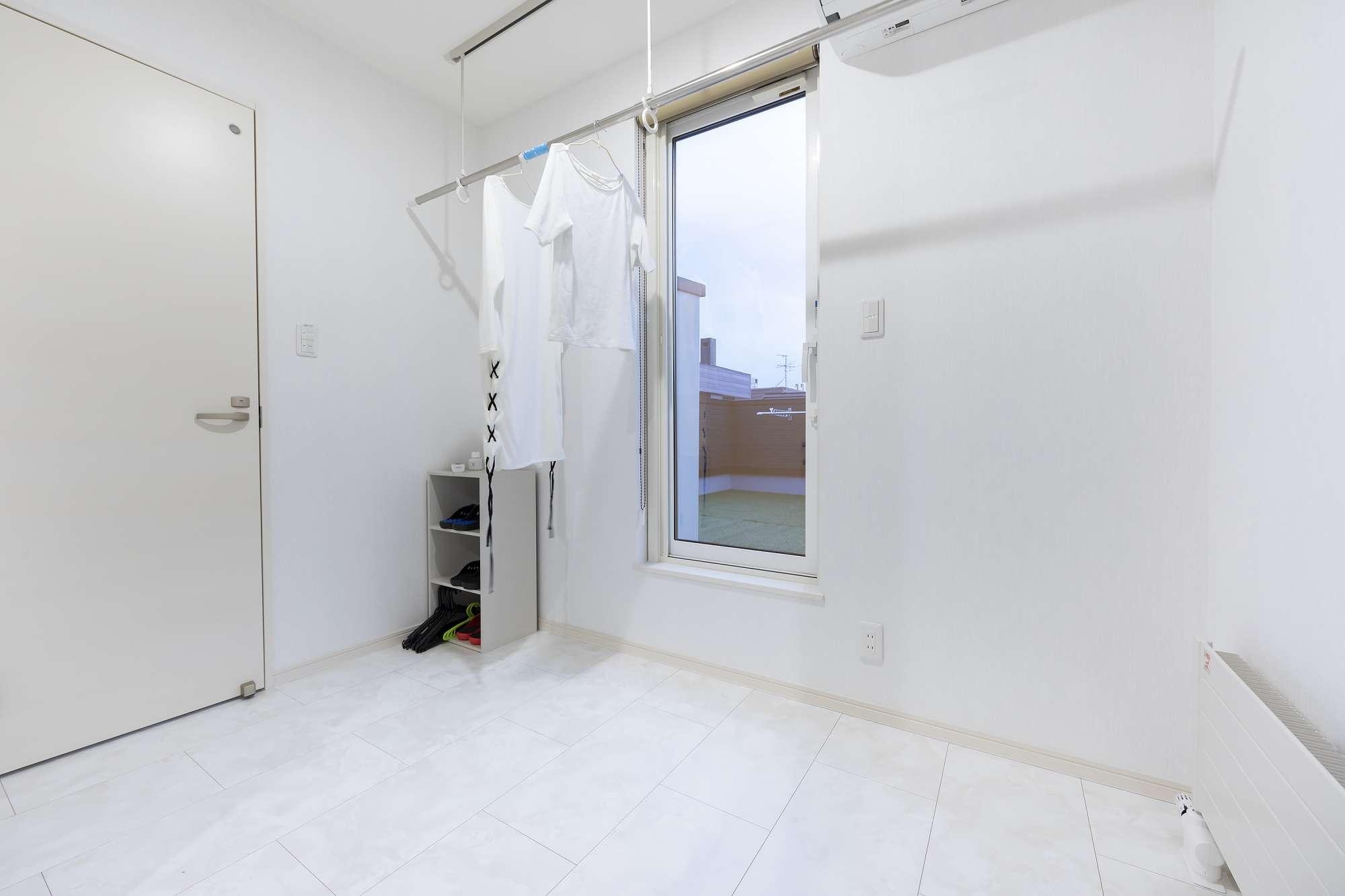 2階のフリーホール - 室内干し場も兼ねた2階のフリーホール。リビングに来客があっても、ここなら洗濯物を干しておけます -  -