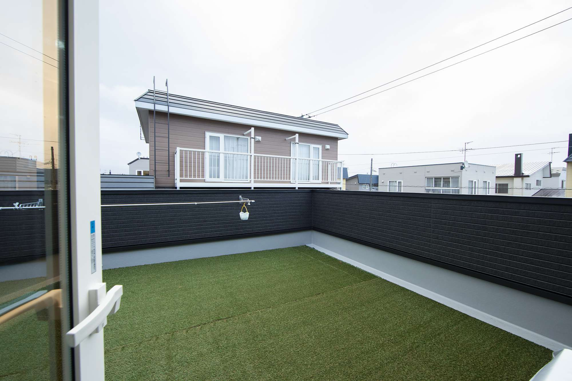 広々とした2階のテラス - ガレージの屋根を活かしてテラスを設計。洗濯物を心地よく干せるほか、家族の憩いの場として使われています -  -