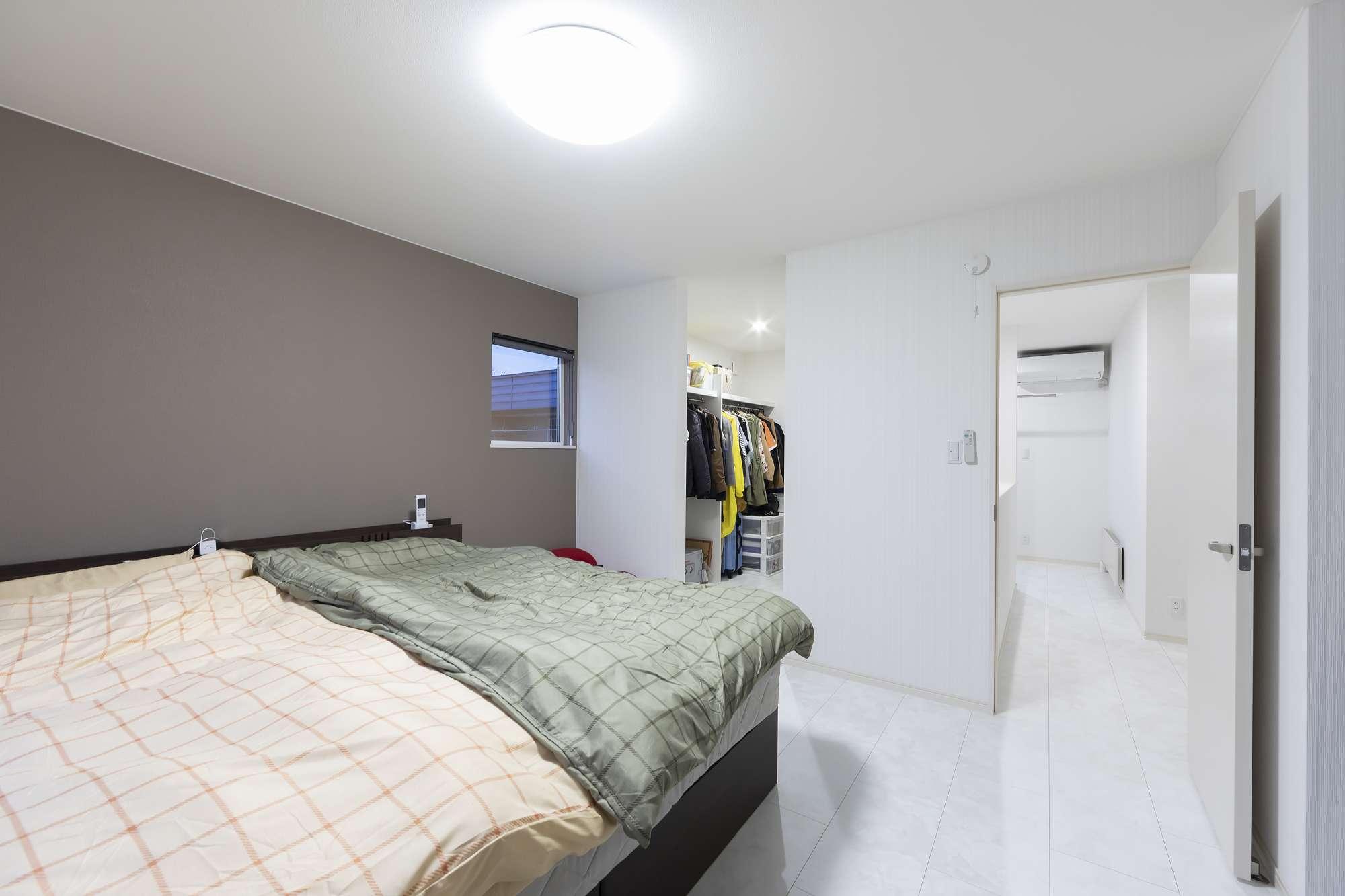 ウォークインクロゼットがある寝室 - 寝室には広々としたウォークインクロゼットを備え付け、ご夫婦の服や旅行カバンもたっぷりと収納できます。 -  -