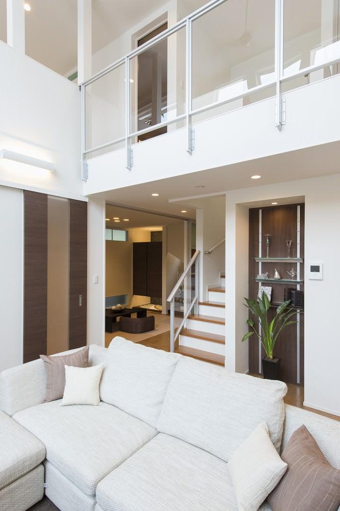 吹抜けの上は渡り廊下、1階には和室もあります -  -  -