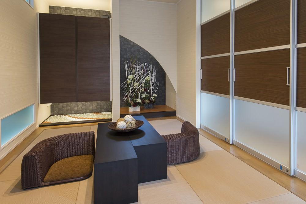 三枚引き戸を介して、リビングから和室が見通せます。床の間、畳などが訪問客を迎える素敵なスペースで、ふだんは家族の団欒の場にも。 -  -  -