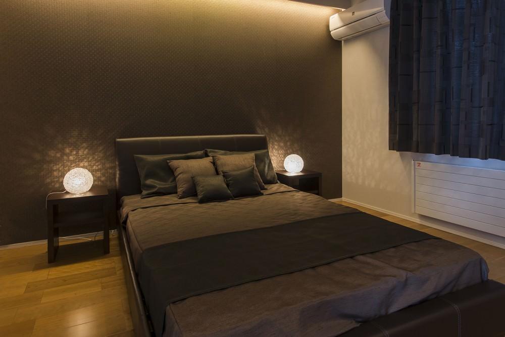 主寝室には大容量のウォークインクローゼットがあり、衣類の他にもハンガー物などいろいろなも物が収納できます。 -  -  -