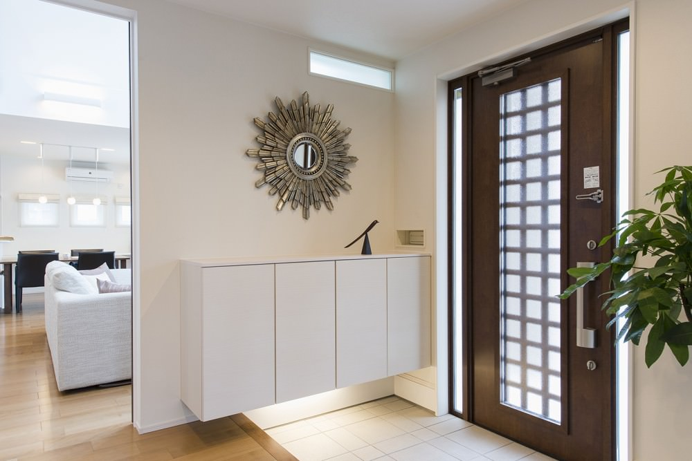 玄関は広々。カウンター式の収納下は間接照明でシックに演出 -  -  -