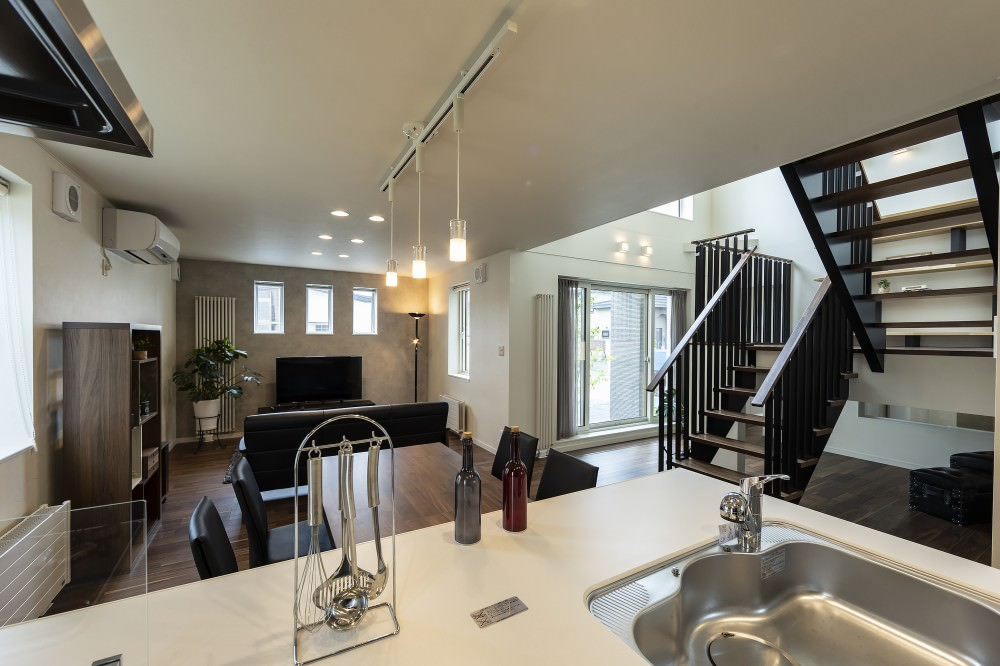 キッチンからはフロア全体が見渡せて、スキップラウンジから2階の気配も伝わります -  -  -