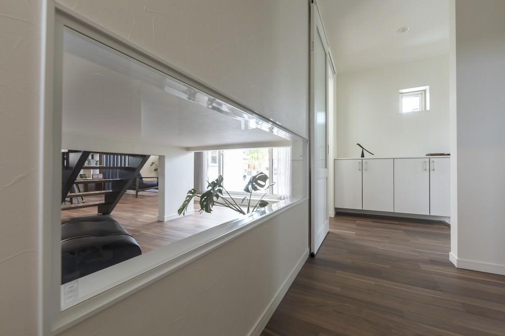 室内との繋がりをもたせたガラス窓が、ホールの奥行きを広げます -  -  -