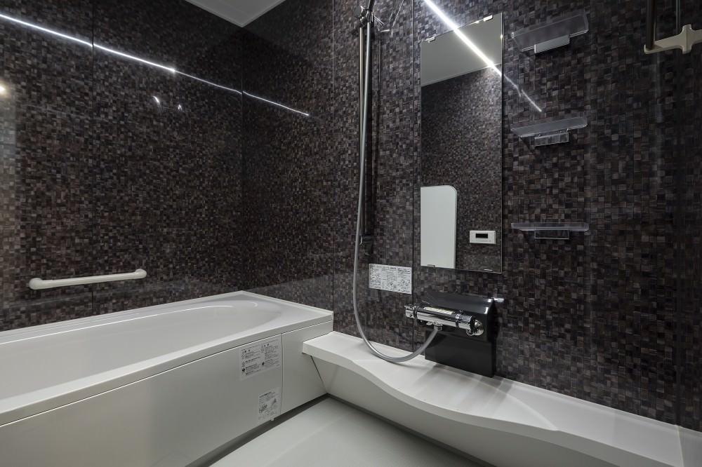 スタイリッシュな照明とパネルのデザインで、スパのような高級感を演出したバスルーム -  -  -