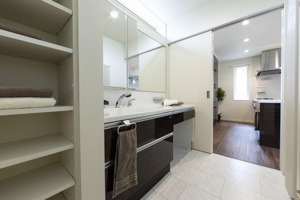 家族が並んでも広々の洗面スペースは、メイク道具を広げてもゆとりのカウンターが特徴 -  -  -