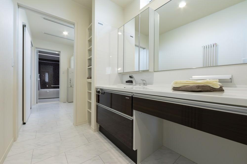 洗面スペースは脱衣所と独立させているので、双方が広々と使えます -  -  -