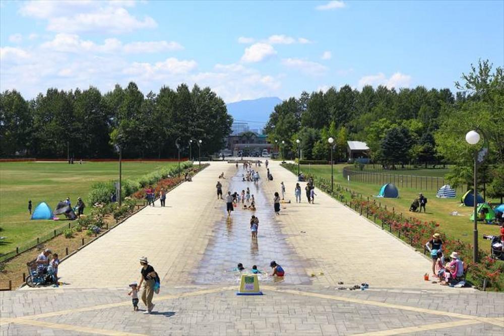 - 徒歩10分程の距離にある川下公園には、世界のライラック200種、1700本を植えた「ライラックの森」、水遊びのできる170mの「カナール(水路)」と「壁泉」、バーベキューのできる「ピクニック広場」、有料施設として「テニスコート」、「パークゴルフ場」、「野球場」、さらに屋内施設の「リラックスプラザ」は、温水プール、浴室(加温・循環濾過式)のほか無料エリア、売店、室内公園を備えた全天候型施設となっています。 -  -