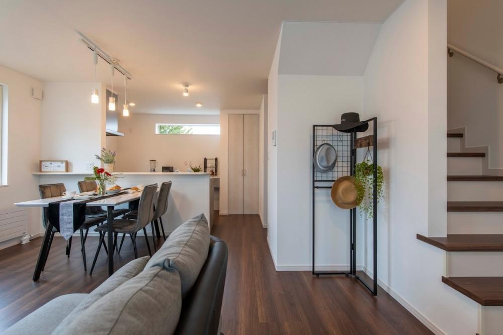 - 空間を有効利用できる!キッチン・ダイニング・リビングが直線状に繋がった『ストレートLDK』にすることで、実際の畳数以上に空間を広々と感じられます♪生活感が出やすい洗濯物干しは2Fフリースペースへ!スッキリ&キレイをキープできるポイントは他にも・・・間取りや収納計画など、家づくりの参考になるポイントが随所に!皆様のご来場心よりお待ちしております。 -  -